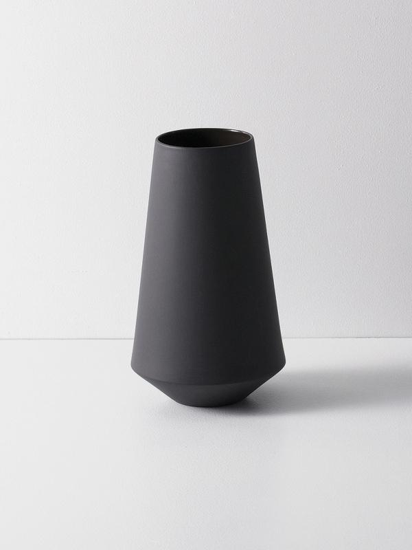 Ferm Sculpt Vase Well i Mørk Grå